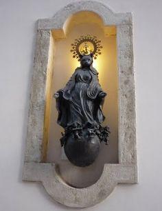 Uma deusa-gata num hotel dos Restauradores, em Lisboa.  No blogue Lisboa em Pormenor. Norse Goddess, Religious Icons, Candle Sconces, Wall Lights, Candles, Lisbon, Gatos, Icons, Appliques