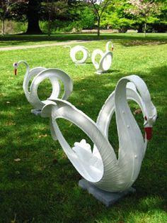 Esculturas de jardín, o juegos infantiles elaborados con neumáticos usados.