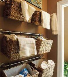 Que tal utilizar cestas para dar um up na organização e decoração do banheiro?