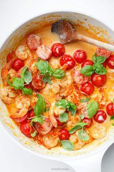Krewetki w sosie curry z pomidorkami koktajlowymi i bazylią