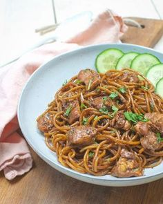 Recipe: Surinamese noodles with chicken - Savory Sweets - Surinamese noodles with chicken; an easy dish with a taste that you say against. Delicious with sam - Bami Recipe, Great Recipes, Favorite Recipes, Latin American Food, Exotic Food, Caribbean Recipes, Le Far West, Indonesian Food, Soul Food