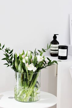 monday (Nordic leaves) - Frische Blumen in einer Glasvase als Dekoration Idee - White Tulips, White Flowers, Yellow Roses, Purple Flowers, Pink Roses, Ikebana, Fresh Flowers, Beautiful Flowers, Tulips Flowers