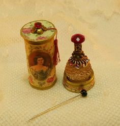 Here you see Lady´s perfumebottle in a round historic fine box with a little dark pink tassel outside. the print are light green and dark pink . It looks so nice ..... and is very fillegree worked.  The colour on the top of the box are exactly. I´m sorry , but on the picture they looks a little bit difficult.... between the body. The body and top are the same print!!!!! Handcrafted by myself to a high standard.  It is my own interpretation.  The perfume are permanently attached in the box…