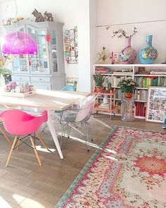 Fleurig interieur met dit kleurrijke vloerkleed.  #vloerkleed #rozenkelim #woonkamer   nice interieur with colorful rug! Colorful Decor, Colorful Interiors, Colorful Rugs, Cosy Living, Deco Rose, Diy Home Decor, Room Decor, Bright Homes, Eclectic Decor