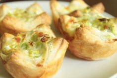Delicious mini tarts stuffed with creamy leek filling. This is such a guilty pleasure! Tart Recipes, Shrimp Recipes, Appetizer Recipes, Appetizers, Appetizer Party, Yummy Recipes, Leek Tart, Mini Tart, Vegetarian Cheese