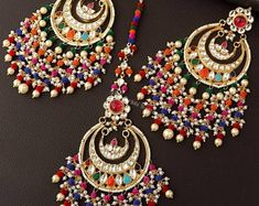 Tikka Jewelry, Indian Jewelry Earrings, Indian Jewelry Sets, Gold Jewellery Design, Antique Jewellery, Gold Jewelry, Jewlery, Jewelry Bracelets, Punjabi Traditional Jewellery
