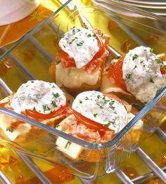 Mit Fetakäse und Tomaten überbackene Brötchen für die Party