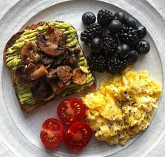 Wholemeal toast with smashed avocado and grilled mushrooms with tomatoes, scramb. - Wholemeal toast with smashed avocado and grilled mushrooms with tomatoes, scrambled eggs, blackberr - I Love Food, Good Food, Yummy Food, Healthy Snacks, Healthy Eating, Healthy Breakfasts, Vegetarian Recipes, Healthy Recipes, Aesthetic Food