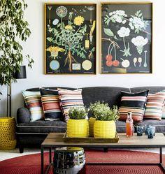 Na cidade do cabo, esta casa, projetada por Kim stephen, combina arquitetura clean a um mobiliário cheio de cor. Na varanda, que tira proveito do clima da região, destaque para os quadros botânicos da Jung-Koch-Quentell.