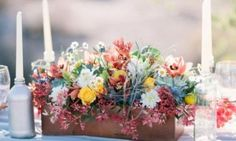 Se você vai se casar e está sem ideias para decorar o cento das mesas dos convidados, você pode investir em centro de mesa em madeira para casamento, que
