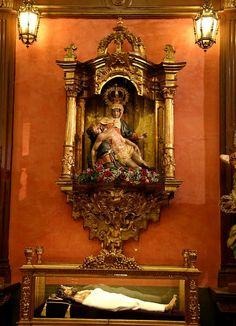 """Siglo XVI. Nuestra Señora de las Angustias y Cristo Yacente """"La Urna"""". Juan de Juni. En la sede de la Cofradía de Ntra. Señora de las Angustias y Soledad (León)."""