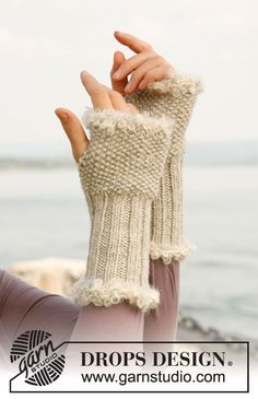 """Elegance - Knitted DROPS wrist warmers in """"Nepal"""" with crochet edges in """"Puddel"""". - Free pattern by DROPS Design Crochet Edging Patterns, Crochet Designs, Knitting Patterns Free, Free Knitting, Free Pattern, Finger Knitting, Scarf Patterns, Knitting Machine, Fingerless Gloves Knitted"""