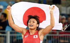 女子58キロ級で4連覇を達成し喜ぶ伊調=写真 柏原敬樹