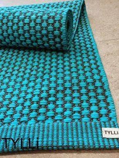 TYLLi: Turkoosi käytävämatto Weaving Projects, Weaving Art, Hand Weaving, Weaving Techniques, Woven Rug, Scandinavian Style, Rugs On Carpet, Fiber Art, Loom