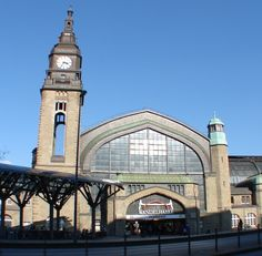 Hamburg Main Train Station (Hamburg Hauptbahnhof) in Hamburg,  Germany.  The main hall is also known as Wandelhalle and has a wide assortment of shops and a good food court.  Foto: hamburger.info