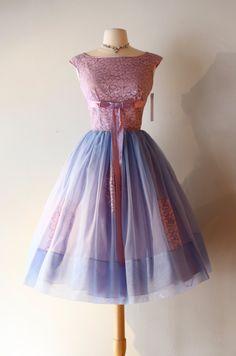 Prachtige begin 1960s cupcake party jurk in de dromerige tinten blauw en…