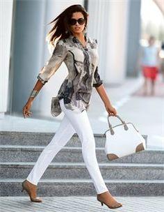Bedrucktes Seidenhemd , Breiter Armreif in geschwungener Form , Damen Sonnenbrille mit Kunststoffrahmen , Henkeltasche aus Leder mit Bodenfüßen , Pumps mit Pfenningabsatz, Schmale Hose