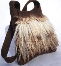Sac en pure laine de mouton non teintée, sans coutures, épais et très résistant, avec mèches de toison brute. Comporte une poche intérieure. Dimensions: hauteur: 31 cm, largeur en bas: 30 cm, longueur de la bandoulière: 104 cm. Contactez-moi si […]
