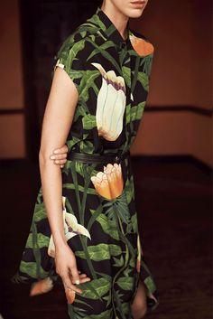 Hermès - Vestiaire d'Été 2014. Printed dress in crêpe de Chine, belt in black bridle leather. #hermes #womenswear #fashion