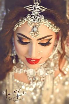 Private makeup exercises are ideal for ladies who need to learn systems on the best way to apply their makeup such that makes them look cleaned. Pakistani Bridal Makeup, Bridal Hair And Makeup, Wedding Looks, Wedding Wear, Traditional Indian Wedding, Bridal Photoshoot, Asian Bridal, Beautiful Bride, Indian Fashion