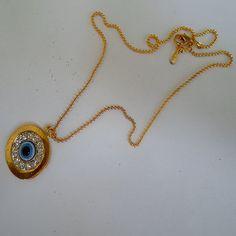 Olho grego com corrente dourada. R$ 3,00