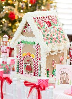Step by step instructions and video for making your own DIY Gingerbread Houses out of graham crackers. Plus, a recipe for the royal icing glue! Royal Icing Recipe With Egg Whites, Royal Icing Cookies Recipe, Easy Gingerbread House, Gingerbread House Designs, Diy Christmas Crackers, Christmas Diy, Christmas Goodies, Christmas Stuff, Christmas 2019