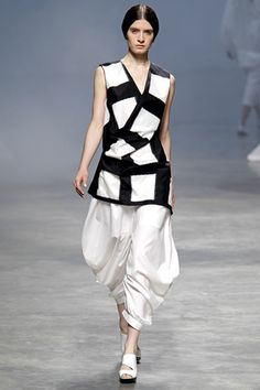 The strong contrast of black and white takes the runway. Diseño de Issey Miyake.