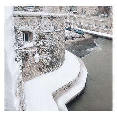 Call it MAGIC!! #winter #cold #snowishere #itscold #snow #allwhite #januarychallange #snowing #blizzard #snowflakes #wintertime #staywarm #cloudy #instawinter #instagood #everythingwhite #photooftheday #season #seasons #nature #giovinazzo #barche  #porticciolo #puglia #white #weareinpuglia #inverno #vsco