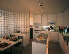 Belle cuisine avec pavés de verre qui la séparent de la salle de séjours