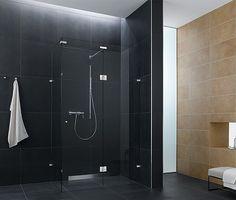 un carrelage noir et beige et une douche italienne dans la salle de bains