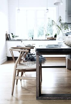 Wishbone chairs in the dining room by Pella Hedeby