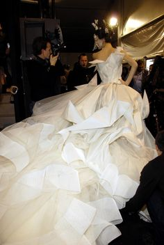 One of my favorite Galliano's collection for Dior, ever! Backstage at John Galliano for Christian Dior Haute Couture. Dior Haute Couture, John Galliano, Galliano Dior, Christian Dior, Bridal Gowns, Wedding Gowns, Shalom Harlow, Mode Glamour, Beautiful Gowns