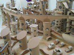La science des rêves. Michel Gondry film Cardboard City, Cardboard Sculpture, Cardboard Paper, Cardboard Crafts, Paper Crafts, Diy For Kids, Crafts For Kids, Kids Barn, Rolled Paper Art