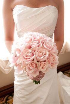 淡いピンクが優しいほんわかした気持ちにさせるブーケ♡シンプルだからこその高級感のあるブーケ。結婚式・ブライダル・ウェディングのアイデア☆