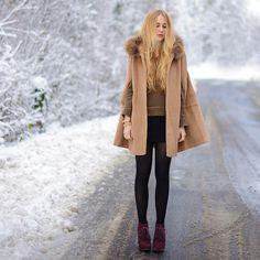 Winter wonderland fashion from Switzerland - love the cape! Look At The Stars, Stylish Girl, Autumn Winter Fashion, Fashion Fall, Winter Style, Womens Fashion, Daily Fashion, Winter Wonderland, Vogue