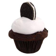 Utilizamos una de las galletas más ricas para lograr una combinación única de sabores. un cupcake con masa de chocolate semi-amargo belga con trocitos de galletas oreo y crema blanca de nata.