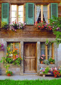 porta de madeira, janelas azuis