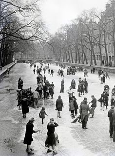 January 5, 1941. Winter in Amsterdam during German occupation. The photo was shot at the Keizersgracht. #amsterdam #worldwar2 #Keizersgracht