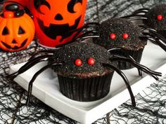 Deliciosos cupcakes de vainilla decorados para halloween.