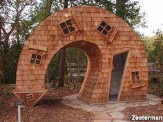 La Twisted House, realizzata da John McNaughton in legno di cedro, si trova all'Indianapolis Art Center