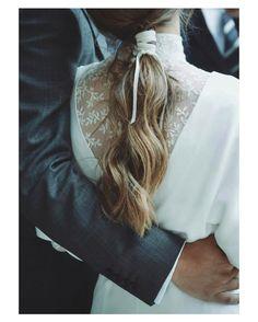 Me gusta todo de esta novia; su peinado una preciosa coleta con cordon hecha por @ines.pose y su vestido con una espectacular espalda de @inunezdesign  { by @danielsantallafotografia}. #buenosdías #goodmorning #hairstyle #hairdo #hair #peinado #pigtail #beauty #bohemian #romantic #wedding #weddingday #boda #bride #mariee #bridetobe #bridal #novia #espaldasinfinitas #style #photography #photoshoot #beautiful #weddinginspiration #hairinspiration #weddinghair #love #like #picoftheday…