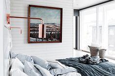 Uno de los estilos decorativos que más de moda están hoy en día, es el estilo nórdico, también llamado estilo escandinavo. Este estilo se caracteriza sobre todo por el uso del blanco en paredes, suelos y mobiliarios, buscando pinceladas de color que contrasten con el resto. En este caso,...