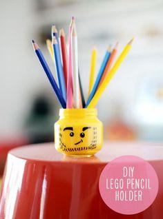 Lego opberg-hoofdjes.  Giet gele acryl verf in een leeg glazen potje, schudden, laten drogen en er een lego gezicht op tekenen met zwarte watervaste marker. Leuk met veel verschillende gezichtsuitdrukkingen...