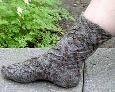 Knitty article: Socks Written by Kate Atherley. All kinds of useful sock info for easy reference. Next steps beyond making your first vanilla sock. Using different yarns, different styles of heel turn, adding pattern stitches, and tips for fit. Loom Knitting, Knitting Socks, Knitting Patterns, Knit Socks, Cool Patterns, Stitch Patterns, Knitting Magazine, Patterned Socks, How To Purl Knit