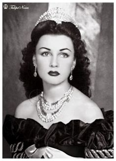Fawzia Fuad, Empress of Iran. Daughter of King Fouad I of Egypt, sister to King Farouk I of Egypt and first wife to Shah Mohammad Reza Pahlavi of Iran. She could have been a movie star, she looks like Janet leigh of Gone with The Wind! Fawzia Fuad Of Egypt, The Shah Of Iran, Farah Diba, Egyptian Actress, Iranian Women, Royal Jewels, Classic Beauty, King Queen, Vintage Beauty