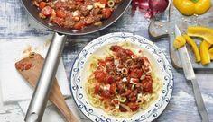Die Bolognese Griechische Art lässt dich in Urlaubs-Erinnerungen schwelgen. In nur 25 Minuten zubereitet, mit würzigen Oliven und herzhaftem Feta.