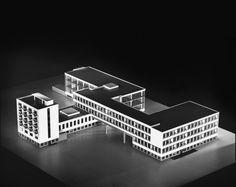 Edificio Bauhaus.  Walter Gropius, 1929 - Dessau, Alemania.