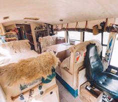 Un couple de nomades qui vit pour la passion des sports d'aventures a créé une auberge sur 4 roues. Depuis 6 ans, ils sillonnent les routes d'Europe.