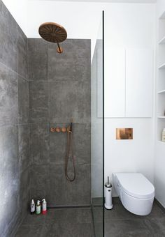 med tre funktioner samlet i ét rum Scandinavian minimalist bathroom with copper fixtures. Photo: Andreas Mikkel HansenScandinavian minimalist bathroom with copper fixtures. White Bathroom, Bathroom Interior, Modern Bathroom, Bathroom Small, Copper Bathroom, Houzz Bathroom, Bathroom Closet, Bathroom Mirrors, Bathroom Faucets