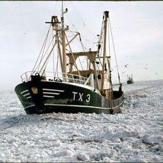 Winter 1979 op Texel,  de TX3 in het ijs voor de haven van Oudeschild  Foto Fup Boon